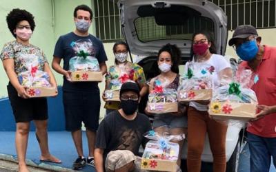 Coletivo leva biblioteca para doceria para manter ação durante a pandemia