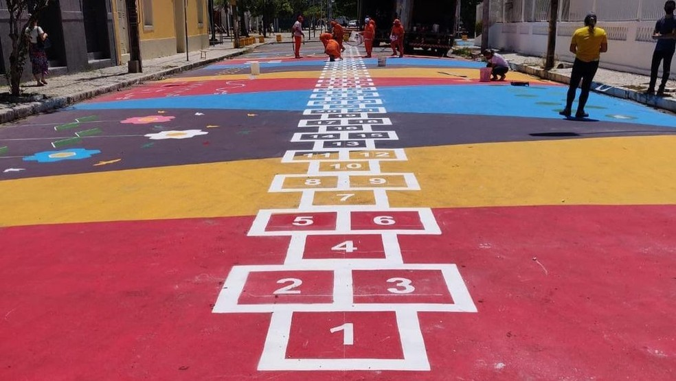 Jogo de amarelinha gigante com 400 quadradinhos é instalado em Fortaleza
