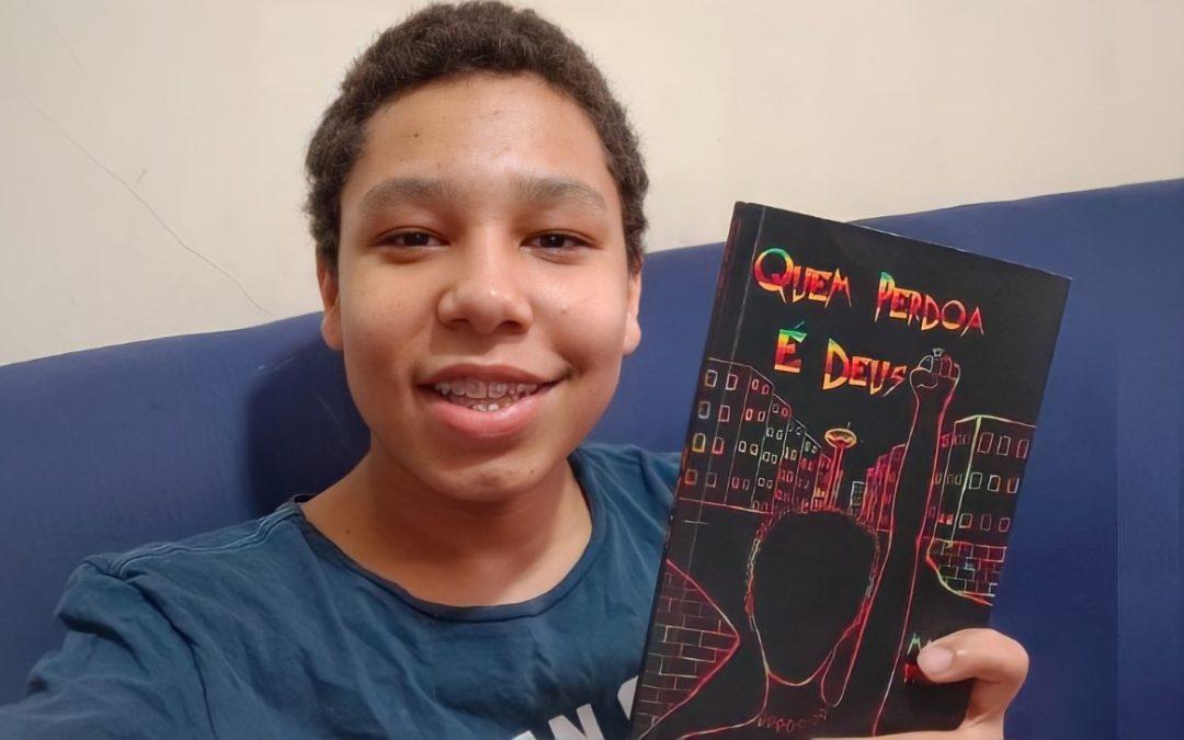 Aluno de 13 anos da AEL publica livro de poesias autorais