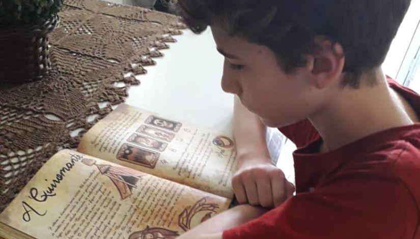 Estudante estimula leitura entre colegas com resumos de obras